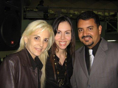 Sarah Sheeva com seus Pastores, José Antônio e Ludmila Ferber